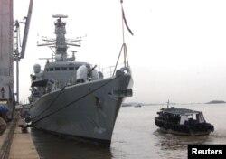 """英国皇家海军""""萨瑟兰号""""护卫舰停靠在印度孟买。(2000年6月5日)"""