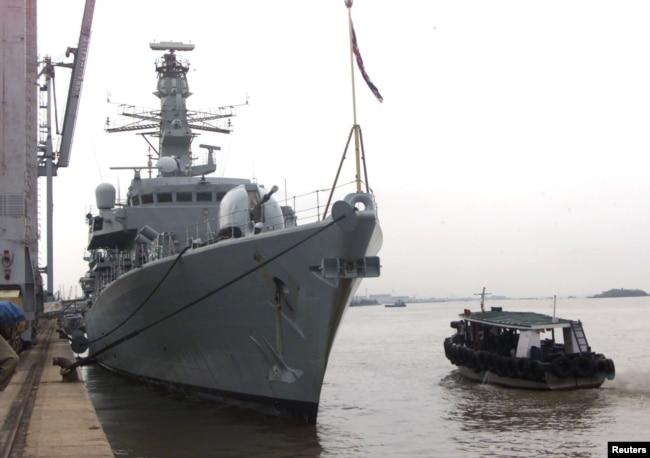 """英國皇家海軍""""薩瑟蘭號""""護衛艦停靠在印度孟買。 (2000年6月5日)"""