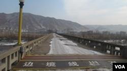 连接中朝边界的鸭绿江大桥,对岸是朝鲜(美国之音张楠拍摄)