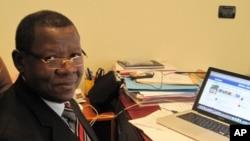 Lambert Mende, vu ici dans son bureau à Kinshasa (novembre 2011)
