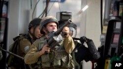 12일 요르단 서안지구 라말라흐 인근에서 이스라엘 군이 팔레스타인 시위대를 향해 최루가스를 쏘고 있다.