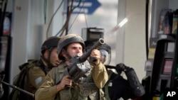 Binh sĩ Israel bắn hơi cay vào người biểu tình Palesinte trong vụ đụng độ gần Ramallah, ngày 12/10/2015.