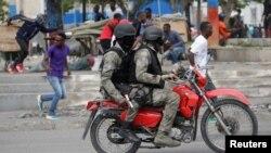 Scène de panique pendant la grève des policiers haïtiens à Port-au-Prince, Haïti, le 23 février 2020. REUTERS / Andres Martinez Casares -