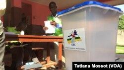 Bureau de vote du dispensaire de Bede dans le 8e arrondissement de Bangui. Ici, on vote avec une heure de retard mais tout est en place. (VOA Afrique/Tatiana Mossot)