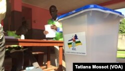 Bureau de vote du dispensaire de Bede dans le 8e arrondissement de Bangui, le 13 décembre 2015.(VOA Afrique/Tatiana Mossot)