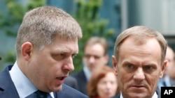 Slovački premijer Robert Fico i poljski premijer Donald Tusk dolaze na pres konferenciju na bezbednosnom forumu u Bratislavi, 15. maja 2014.