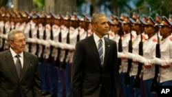 쿠바를 방문한 바락 오바마 미국 대통령(왼쪽)이 21일 아바나 혁명궁전에서 열린 공식 환영행사에서, 라울 카스트로 쿠바 국가평의회 의장과 함께 의장대를 사열하고 있다.