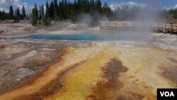 黄石公园的温泉景点(美国之音国符提供)