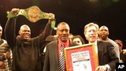 The New York Daily News editor-in-chief Kevin Convey (on the right) presented Joe Frazier (center) with the Daily News Front Page Award in 2011.