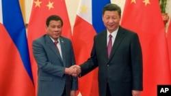 Presiden Filipina Rodrigo Duterte (kiri) saat bertemu Presiden China Xi Jinping di Beijing 15 Mei lalu (foto: dok). Kedua negara tampaknya menghendaki persahabatan yang sangat kuat, walaupun sengketa maritim mereka belum diselesaikan.