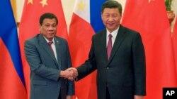 Tổng thống Philippines Rodrigo Duterte bắt tay Chủ tịch Trung quốc Tập Cận Bình bên lề Diễn đàn Vòng đai và Con đường tại Bắc Kinh ngày 15/5/2017.