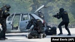 Foto: AP/Amel Emrić, Vježba antiterorističke policijske jedinice, Živinice, 9. septembar 2016.
