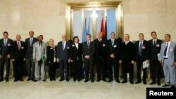 Mpatanishi maalumu wa Umoja wa Mataifa kwa Libya, Bernardino Leon (C) akiwa na wajumbe wenzake huko Geneva.