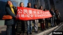 지난 22일 인권운동가 쉬즈융의 재판이 열리고 있는 베이징 인민법원 주변에서 쉬즈융 지지자들이 무죄를 주장하며 시위를 벌였다.