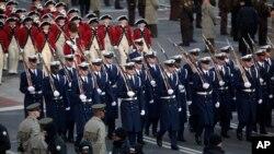 Archivo. Una guardia de honor militar desfila durante la toma de mando del presidente Barack Obama el 20 de enero de 2009 en Washington, D.C.