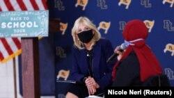 Jill Biden, istri calon presiden dari Partai Demokrat AS Joe Biden, mendengarkan sementara Qorsho Hassan, guru terbaik Minnesota, berbicara dalam percakapan tentang pembukaan kembali sekolah di tengah Covid-19 di Prior Lake, Minnesota, AS, 9 September 202