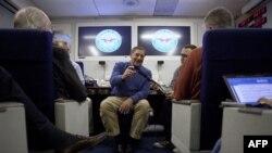 Bộ trưởng Quốc phòng Leon Panetta nói chuyện với các nhà báo trên chuyến bay tới Brussels, Bỉ, 1/2/2012