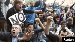 Ribuan warga Madrid, kebanyakan dari kalangan pemuda, melakukan protes atas kondisi ekonomi di Spanyol (26/9). Spanyol termasuk salah satu anggota zona euro dengan pengangguran tertinggi.