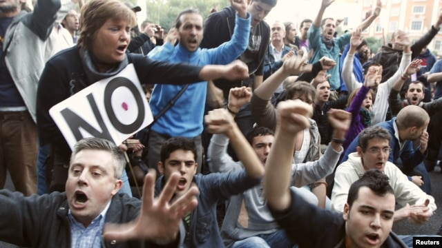Protesters shout slogans during a demonstration outside Madrid's Parliament, September 26, 2012.