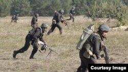 La garde nationale ukrainienne s'entraîne à 80 kilomètres de Kiev, Ukraine, le 2 octobre 2015.