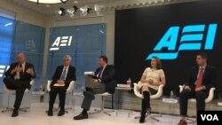 """马肯兹·艾格琳(右二),国防事务专家, 星期四(12月1日) 在美国企业研究所一个有关""""川普政府2017年执政重点""""的研讨会上。(美国之音斯洋拍摄)"""