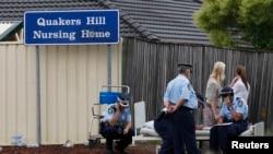 Polisi tengah berjaga di depan panti jompo di Quaker Hill, sebelah barat Sidney, Australia yang terbakar tanggal 18 November 2011 (Foto: dok). Roger Dean, perawat di rumah jompo tersebut mengaku bersalah telah menyebabkan kebakaran yang menewaskan 11 pasien lansia yang dirawat di panti tersebut, Senin (27/5).
