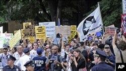 경찰과 대치중인 뉴욕의 반월가 시위대