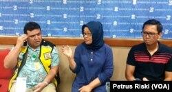 Kepala Kepala Kantor Kesehatan Pelabuhan Kelas 1 Surabaya Budi Hidayat (kiri) dan Kepala Dinas Kesehatan Kota Surabaya Febria Rachmanita menjelaskan kesiapan Surabaya menerima warga yang akan datang dari China, Sabtu, 1 Februari 2020. (Foto: Petrus Riski/VOA)