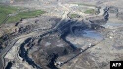 Nalazište naftnog škriljca u Alberti u Kanadi u kojem se bitumen grubo prečišćava, a zatim transportuje u rafinerije gde se iz njega izdvaja nafta
