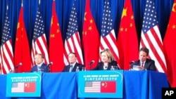 美国国务卿克林顿在第三轮美中战略与经济对话上致辞(左至右:戴秉国,王歧山,克林顿,盖特纳)