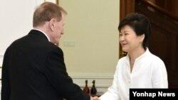 박근혜 한국 대통령(오른쪽)이 30일 청와대에서 마이클 커비 전 북한인권조사위원장을 접견해 악수하고 있다.