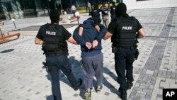 Polisi anti-teror Kosovo menangkap seorang tersangka teroris yang merencanakan serangan di Pristina (foto: dok).