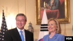 U.S. Secretary of State Hillary Clinton and South Korean Foreign Minister Kim Sung-Hwan