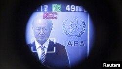 El director geneal de la Agencia de Energía Atómica de la ONU, Yukiya Amano, es visto a través de la pantalla de una cámara de video, en Viena, el 10 de septiembre de 2012.