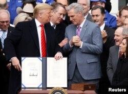 Perwakilan Dagang Robert Lighthizer dan Pemimpin Minoritas Kevin McCarthy, bergabung dengan Presiden Donald Trump seusai penandatanganan kesepakatan perdagangan AS-Meksiko-Kanada (USMCA) di Gedung Putih, Washington, D.C., 29 Januari 2020.