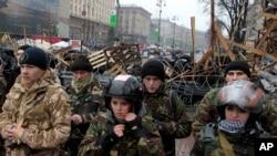 Aktivis Pro-Uni Eropa berdiri di depan barikade kamp tenda di pusat kota Kyiv, Ukraina, Sabtu, 18 Januari 2014.