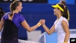 Petenis Inggris Laura Robson, kanan, disalami mantan juara Wimbledon Petra Kvitova setelah menang dalam pertandingan babak kedua Australia terbuka (Jumat 18/1).