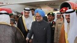 مانموهان سینگ نخست وزیر هند در فرودگاه ریاض، مورد استقبال شاهزاده سلطان بن عبدالعزیز السعود قرارگرفت