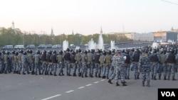 2012年5月普京再次就职总统前夕莫斯科爆发大规模反政府示威,警察当时驱散示威者。(美国之音白桦拍摄)