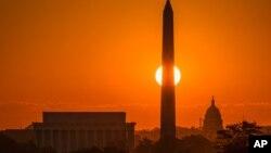 华盛顿旭日东升,离美国之音总部不远的国会大厦、华盛顿纪念碑和林肯纪念堂沐浴在金辉中