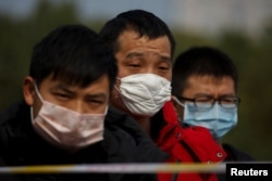 People coming from the Hubei province wait at a checkpoint at the Jiujiang Yangtze River Bridge in Jiujiang, Jiangxi province, China, as the country is hit by an outbreak of a new coronavirus, February 1, 2020.