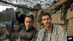 "Producenti filma ""Restrepo:"" scenarist Sebastian Junger (lijevo) i fotograf Tim Hetherington (desno), na terenu u Afganistanu"