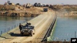 22일 이라크 정부군 병력이 공병대가 유프라테스강 위에 건설한 다리를 건너 라마디 도심 쪽으로 이동하고 있다.