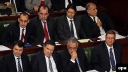 Le Premier ministre tunisien Habib Essid avec le ministre tunisien de la Justice Amor Mansour, le ministre de la Défense Farhat Horchani, le ministre de l'Intérieur Hedi Majdoub ainsi que d'autres membres non identifiés, assistent à une séance plénière le 27 janvier 2016.