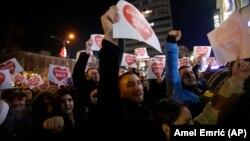 Učesnici mirnih demonstracija u Banjaluci 26. decembra 2018. (Foto: AP/Amel Emrić)