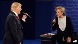 미국 대통령 선거를 한달 앞둔 9일 힐러리 클린턴 민주당 후보(오른쪽)와 도널드 트럼프 공화당 후보의 2차 TV토론회가 미주리주 세인트루이스 워싱턴대학에서 열렸다.