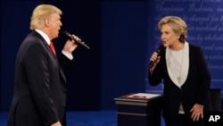 美國總統選舉10月9日第二次辯論時川普(左)與克林頓(右)交鋒互不相讓。