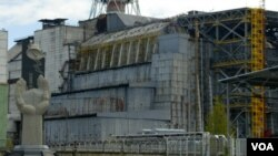 El reactor número 4 que explotara hacer 25 años en Chernobyl y el monumento en memoria de los que fallecieron y que fue construido en 2006.