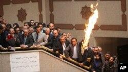 Para pengacara dan hakim Yordania membakar bendera Israel di Gedung Kehakiman untuk menuntut pemerintah mendeportasi dubes Israel dan membebaskan Ahmed Daqamseh, untuk memprotes pembunuhan hakim Yordania oleh tentara Israel, di Amman, Yordania. (Foto: Dok)