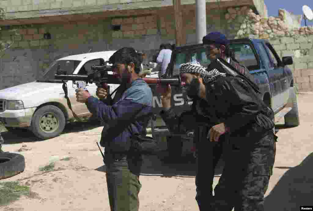 Free Syrian Army fighters prepare a rocket propelled grenade launcher before heading to the front line in Khan Sheikhoun in northern Idlib province, April 2, 2014.